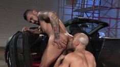 Muscled mechanics exchange oral pleasures and fuck each other's asses